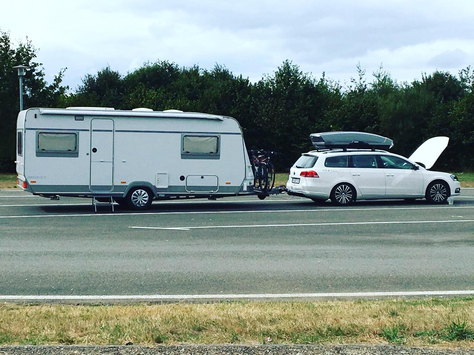 Wohnwagen angehängt an VW Passat