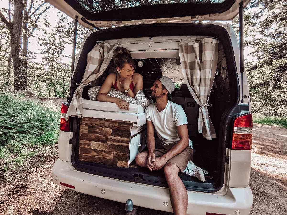 Campen mit dem selbst ausgebauten Bus