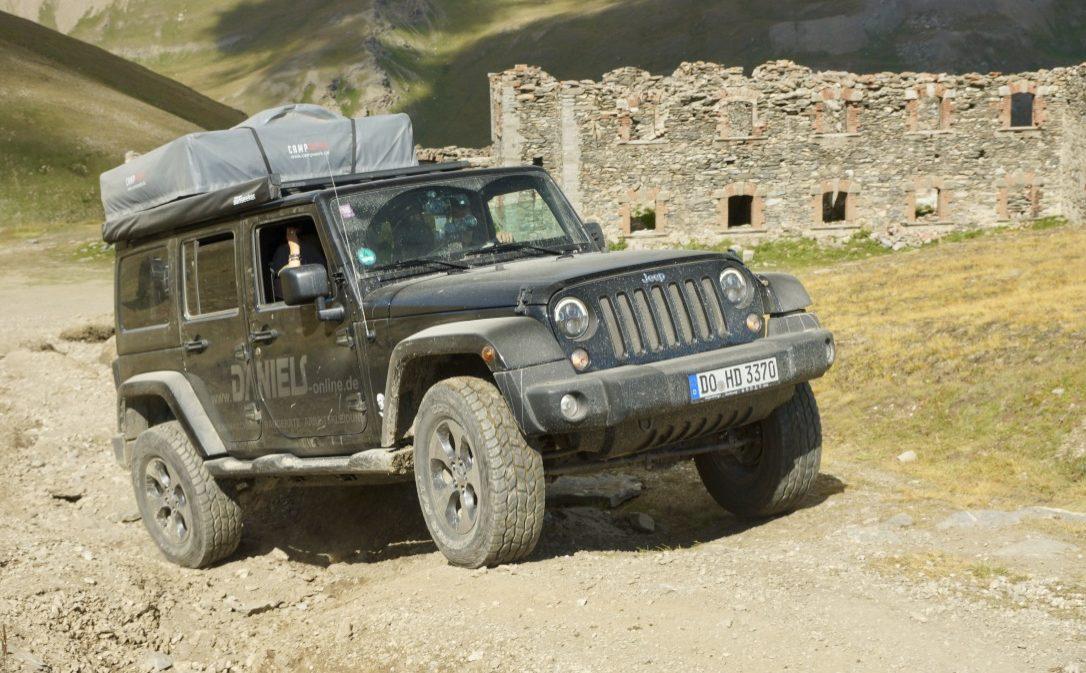 Jeep Wrangler Unlimited Jk Unterwegs Mit Dachzelt Und Campingausbau